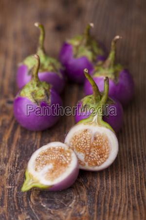 asiatische auberginen auf dunklem holz