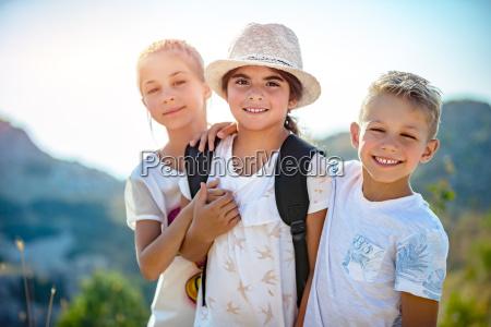 drei glueckliche freunde