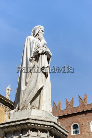 sculpture of the philosopher dante alighieri