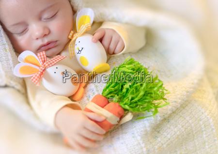 nettes baby das mit ostern dekorationen