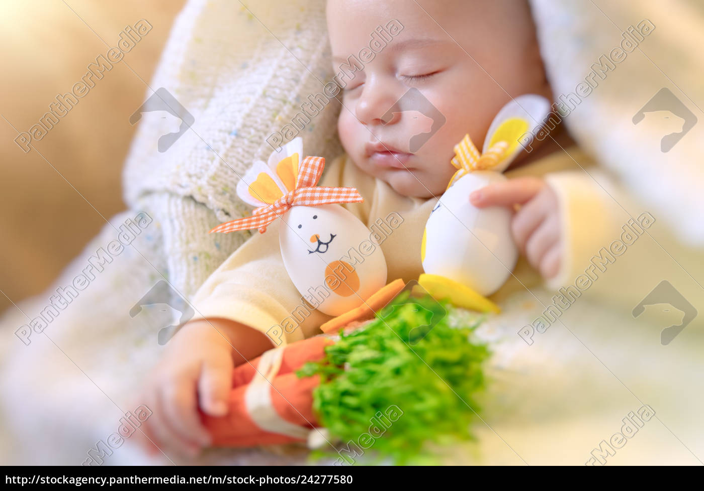 Lizenzfreies Foto 24277580 Nettes Baby Das Mit Ostern Dekorationen Schläft