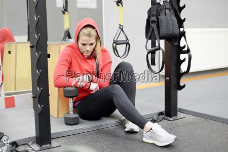 erschoepfte frau im fitnessstudio