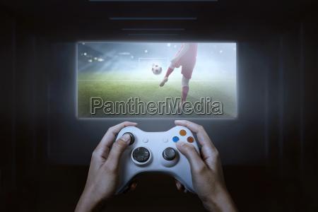 haende mit spiel controller spielen fussball