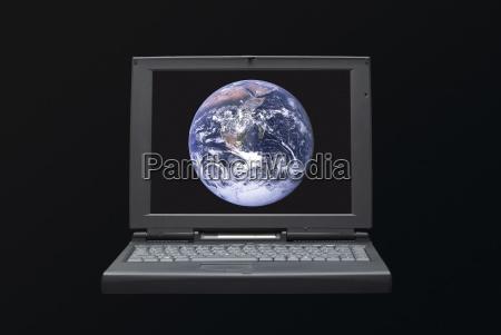 laptop mit planet erde sichtbar auf