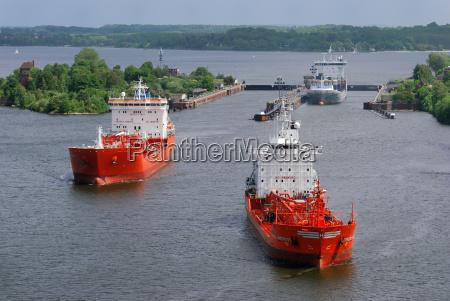 tankschiffe nach der passage durch die