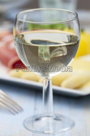 weisswein und spargel