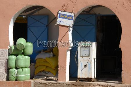 einsame alte tankstelle in orientalischem ambiente