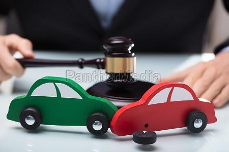 nahaufnahme von rot und gruen auto
