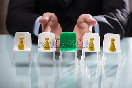 wirtschaftler der freien gruenen stuhl zeigt