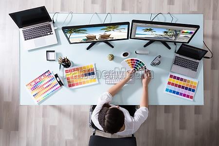 designer mit farbfeld beim arbeiten auf
