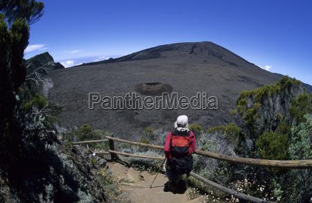wanderin im abstieg zum kraterboden enclose