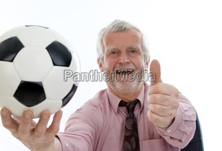 erfolgreicher pensionist mit fussball