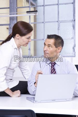 businessmann und businessfrau haben eine besprechung