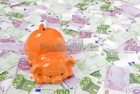 sparschwein und viele euro geldscheine
