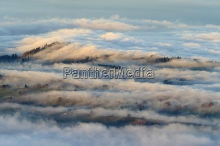 zentralschweizer mittelland im nebel verhullt