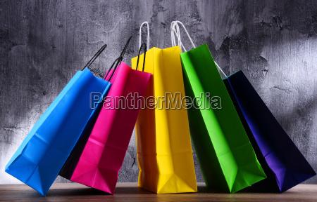 zusammensetzung mit bunten papiereinkaufstaschen