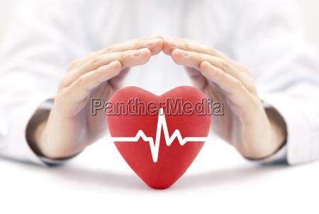 herz puls von haenden bedeckt krankenversicherung