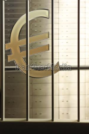 eurozeichen hinter gittern dahinter schliessfacher