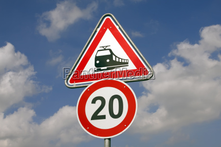 verkehrsschilder bahnubergang und geschwindigkeitsbegrenzung tempo 20