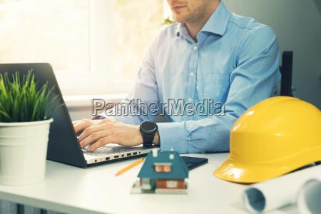 architekt bauingenieur mit laptop im buero