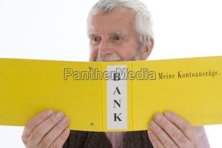 pensionist schaut sich bankbelege an