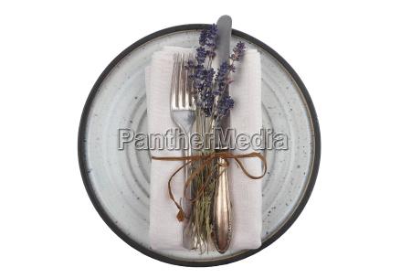 altes besteck mit lavendel auf teller