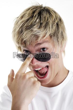 junger mann schaut uber brillenrand