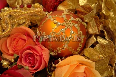 verzierte weihnachtskugel mit stoffblumen dekoriert weihnachtsdekoration