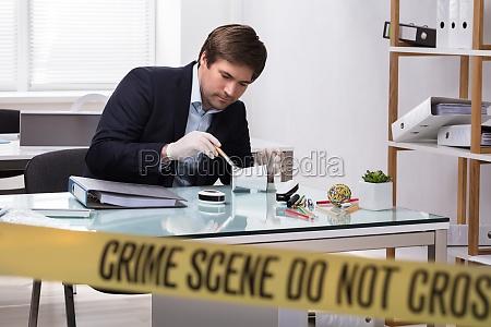 forensischer experte der nach verbrechens beweis
