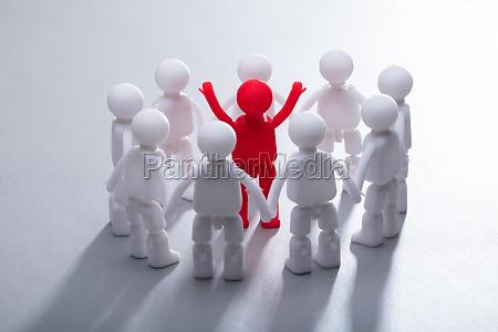 rote menschliche figur von team umgeben