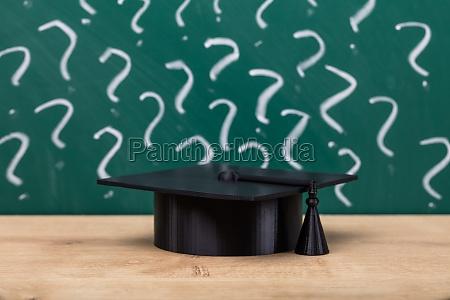 graduierung hut auf holz schreibtisch
