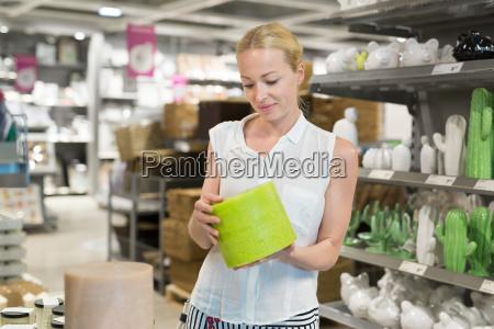 schoene junge frau im einzelhandel einkaufen