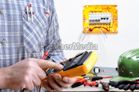 elektrikertechniker bei der arbeit an einem