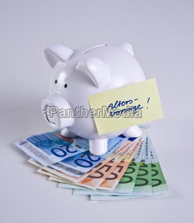 sparschwein steht auf geldscheinen zettel