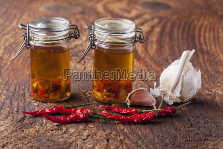 olivenoel mit knoblauch chili und rosmarin