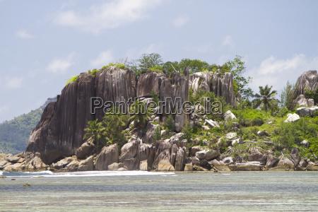 granitformationen mit kokospalmen insel lislette