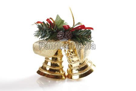 goldene glockchen mit tannenzweig und schleife