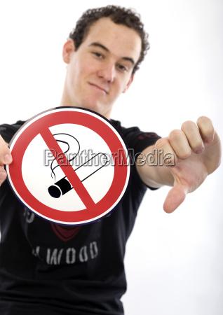 junger mann mit rauchverbotsschild