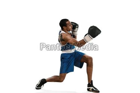 sportlicher mann waehrend der verpackenuebungdie schlag
