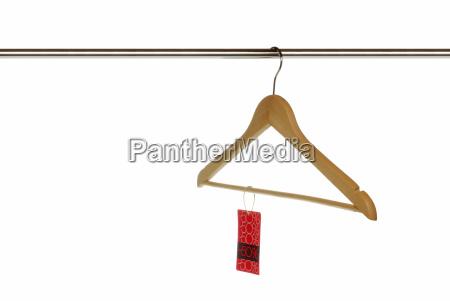 leerer bugel mit angebotsschild auf kleiderstange