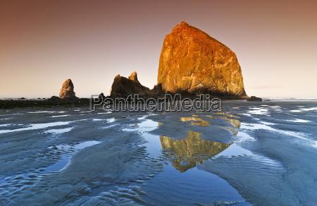 beruhmter rock haystack rock monolith solidified
