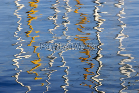 spiegelung der masten von segelschiffen auf
