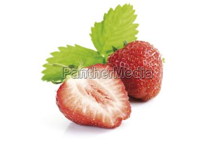 erdbeere und erdbeerhalfte mit blattchen