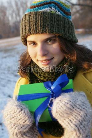 weiblicher teenager steht in einer winterlandschaft