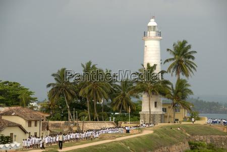 weisser leuchtturm mit palmen galle