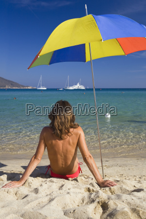 frau sitzt am strand von marina