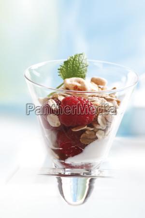 musli mit joghurt in glaschen