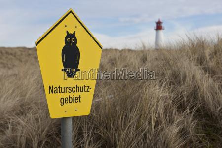 schild naturschutzgebiet hinten der leuchtturm