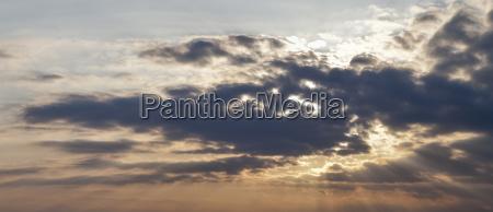 wolkenstimmung kurz vor sonnenuntergang