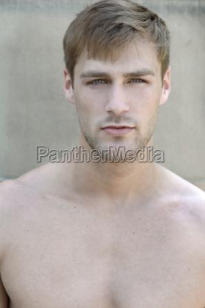 portrait eines jungen mannes mit nacktem